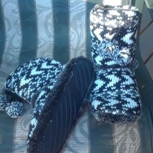 Sz 9-10 sweater pom pom slipper booties